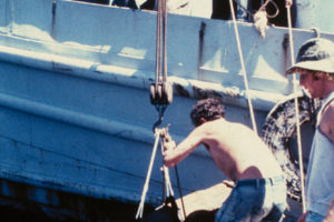 The team raises the remains of the foremast. Photo: INA REF4619