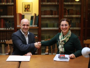 Orkun Özek of Navtek and Özlem Doğan of INA sign the contract.