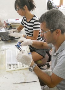 TAMU graduate students Grace Tsai and José Casabán record lead fishnet weights from the Uluburun shipwreck;