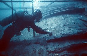 Dr. Fred van Doorninck examining an exposed section of the hull (Photo: INA, YA4-439).